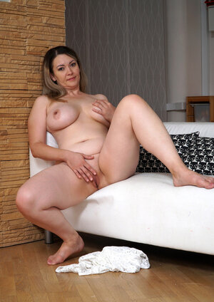 Heavyweight housewife makes herself cum with the help of thick vibrator united with slit